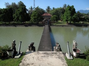 http://oediku.files.wordpress.com/2010/12/istana-air-mayura-lombok-1.jpg