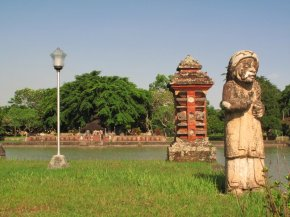 http://oediku.files.wordpress.com/2010/12/patung-menggambarkan-seorang-muslim-berdampingan-dengan-bangunan-hindu-di-dekat-istana-air-mayura.jpg